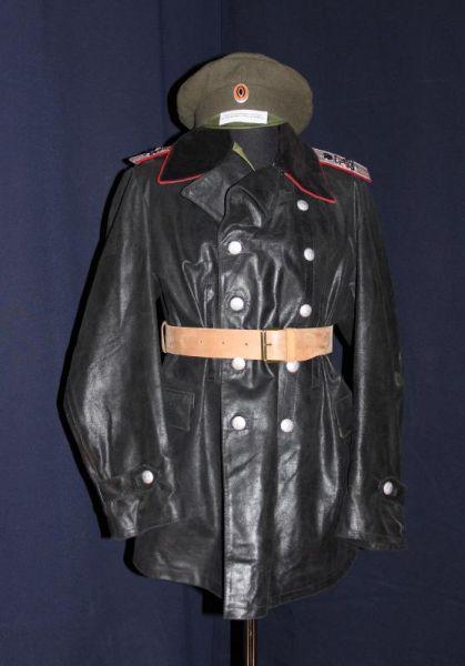 Одни экспонаты погружали посетителей в красно-чёрную атмосферу большевистской идеологии.