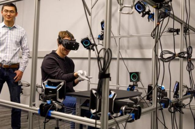 Марк Цукерберг похвастался прототипом перчаток-контроллеров Oculus Gloves