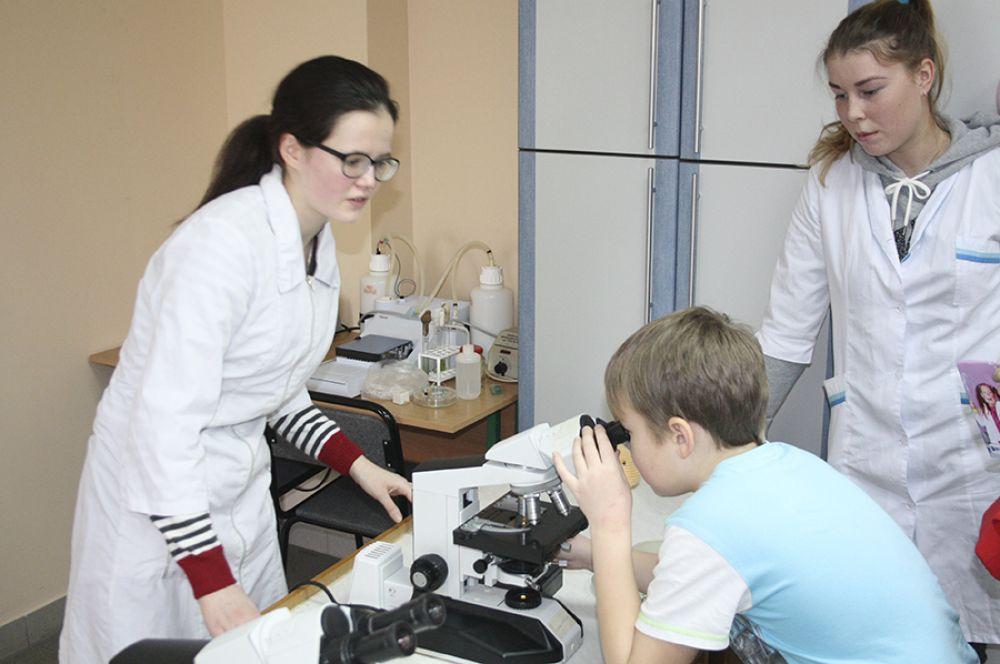 Юные гости праздника смогли взглянуть на привычные предметы в увеличенном формате.