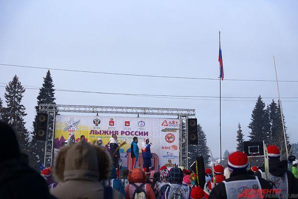 Торжественное открытие началось с церемонии подъёма флага России, затем прозвучал гимн страны.