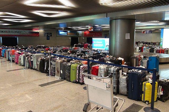 ВОмском аэропорту тележка врезалась всамолет