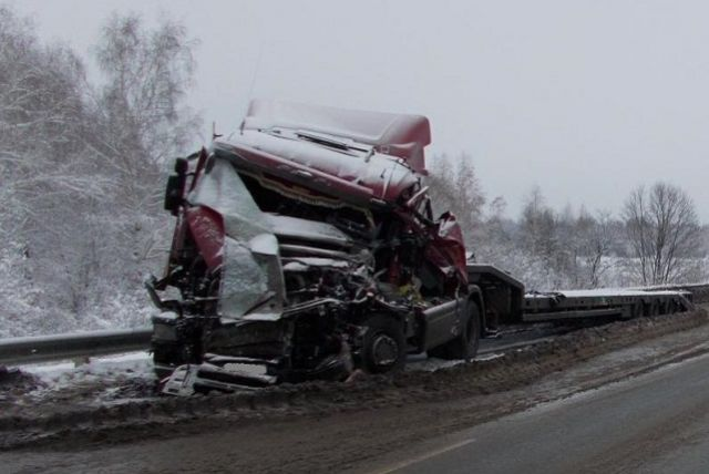 У поселка Мирный не смогли разъехаться два грузовика.