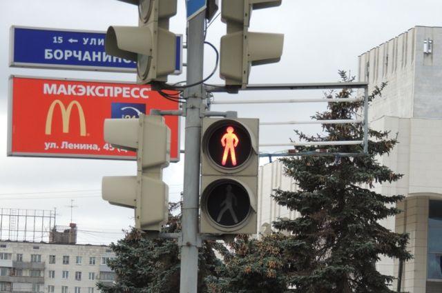 ВИркутской области шофёр грузового автомобиля сломал светофор и исчез