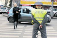 Инспекторы ДПС выясняют причины аварии.