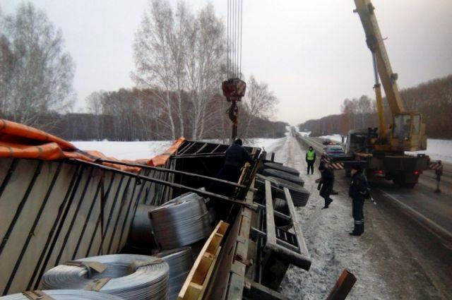 ВКузбассе полицейские помогли шоферу перевернувшейся фуры