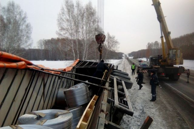 Фура салюминием перевернулась накузбасской трассе «Сибирь»