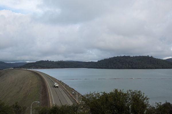 Уровень озера Оровилл находится очень близко к вершине плотины.