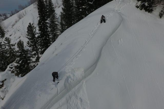 Снег на склонах слишком плотный и глубокий, риска самопроизвольного схода лавины нет.
