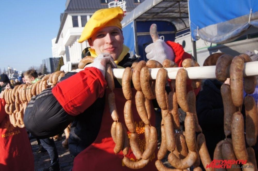 В этом году мясники изготовили гигантскую колбасу длиной 330 метров и весом около 350 кг.