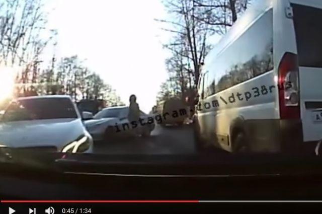 Водитель пострадал в дорожном конфликте со стрельбой в Иркутске.