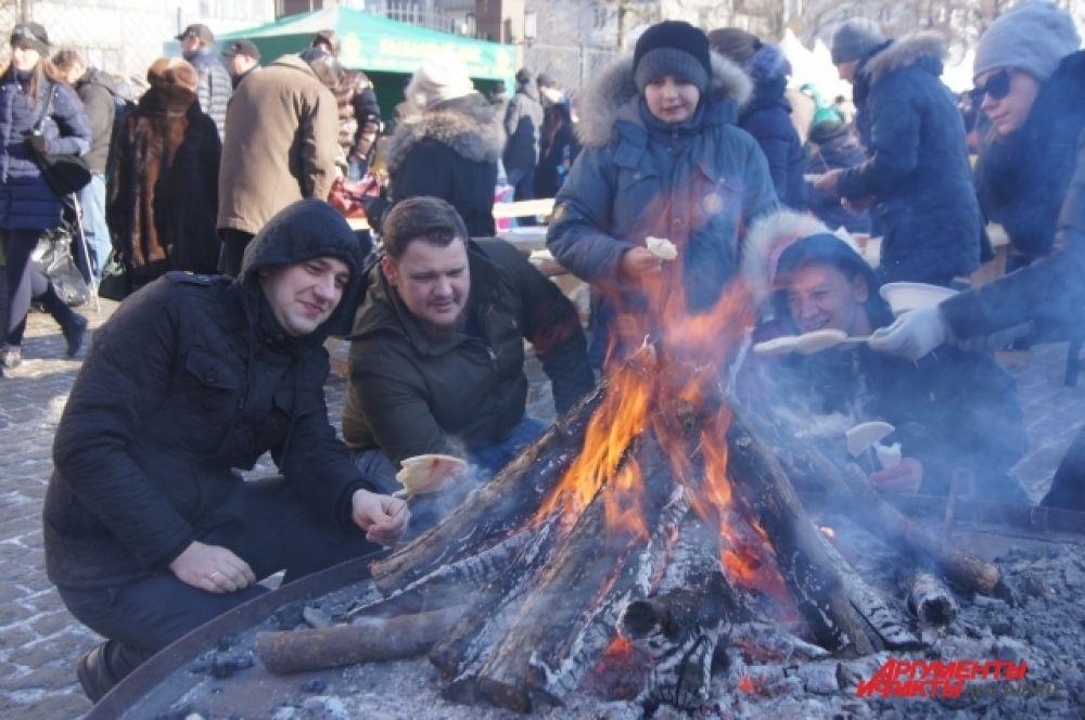 На набережной развели костер, у которого можно было погреться. Желающим предлагали пожарить сосиски и хлеб.
