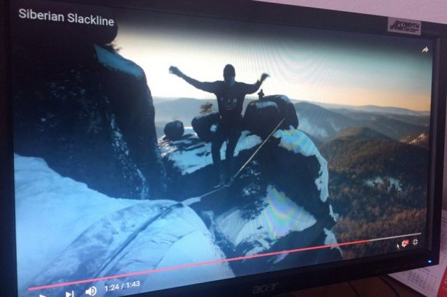 Альпинисты натянули тоненькую верёвку на большой высоте между скал.