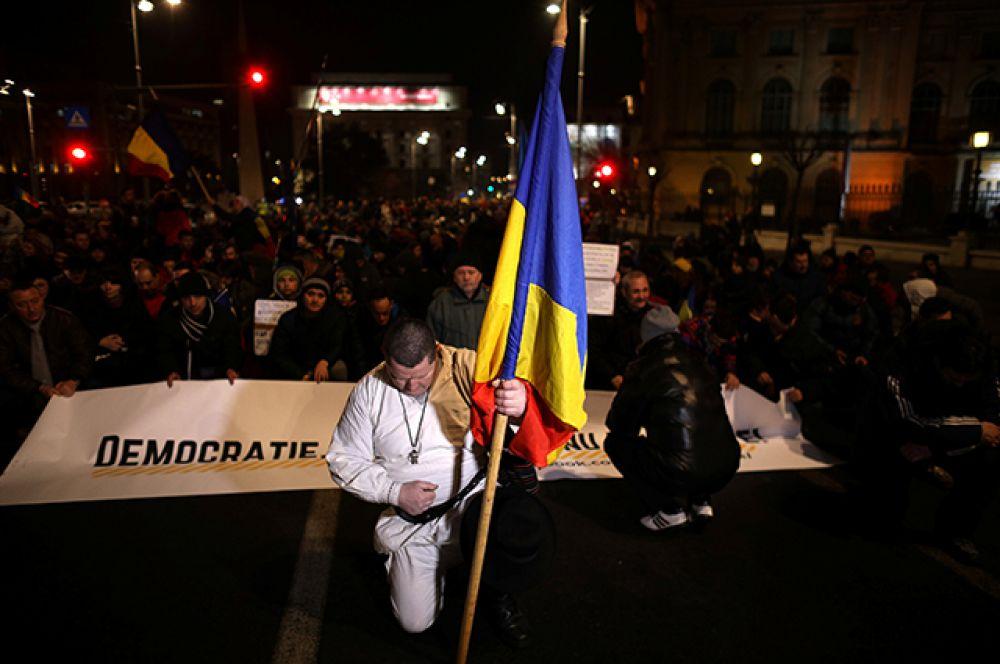 На четвертый день протестов протестующие подарили сотрудникам полиции цветы как символ мирного характера выступлений.
