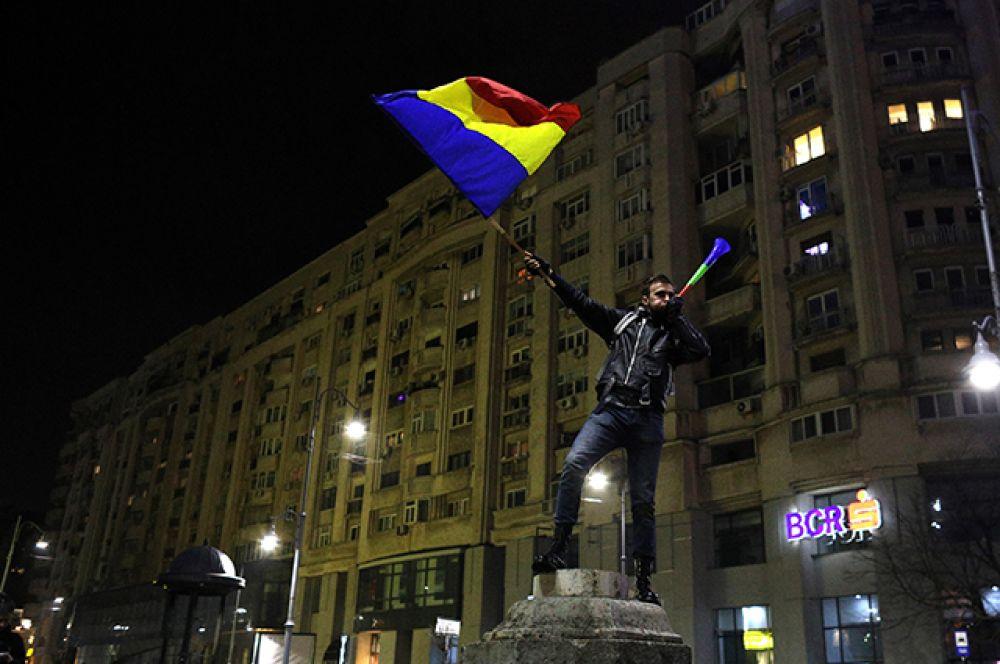 Несмотря на то, что правительство отменило указ, акции протеста не прекращаются, потому что по румынским законам решение правительства вступит в силу только после утверждения в парламенте, в котором правящая коалиция имеет конституционное большинство.