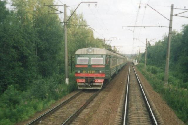 Электропоезд ЭР2-1291, который столкнется с грузовиком.