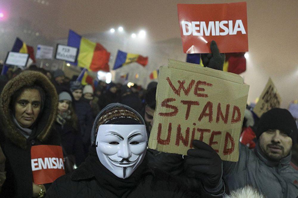 Люди скандируют: «Требуем отмены указа!», «Правительство в отставку!», «Воры», «Кто не скачет, тот не хочет перемен!»