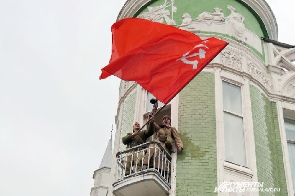 Бойцы водрузили Знамя Победы.