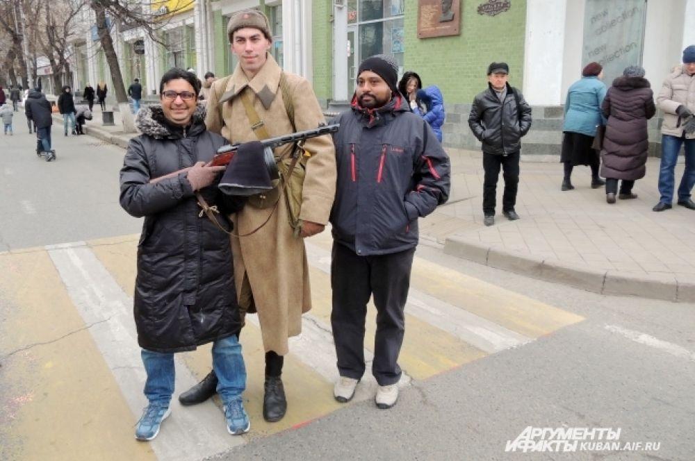 Иностранным студентам тоже захотелось попозировать с реконструкторами и оружием времен войны.
