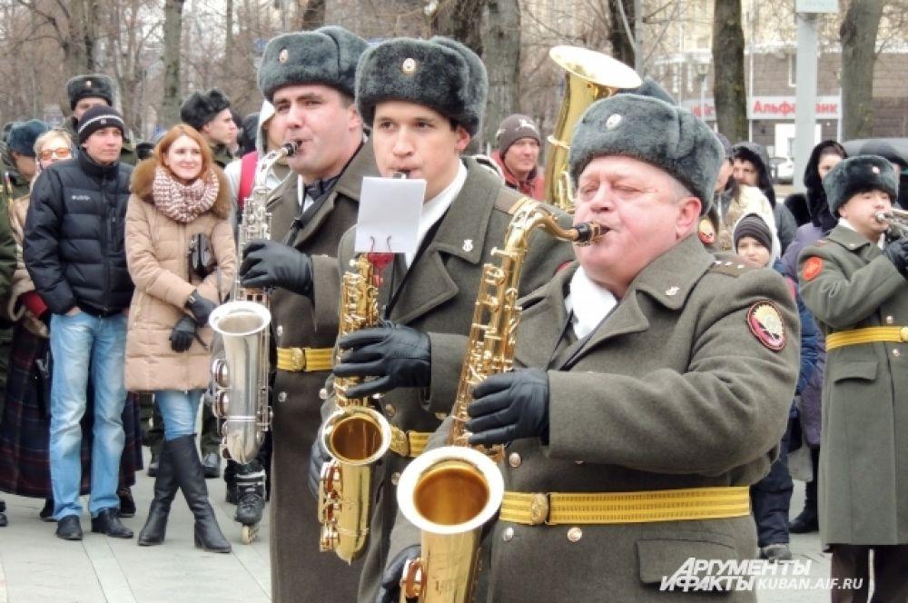 Ритм празднику задавали музыканты оркестра Краснодарского высшего военного училища имени Штеменко.