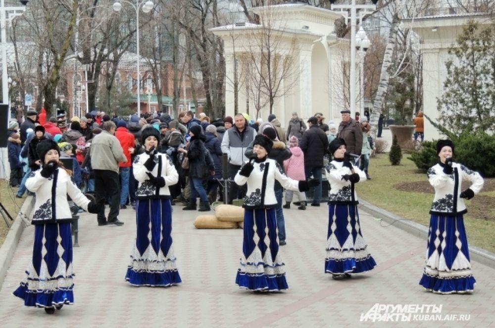 В сквере Жукова шла концертная программа с участием творческих коллективов города.