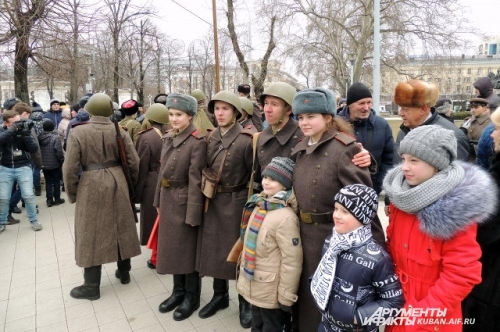 Действо на улице Красной собрало множество зрителей, несмотря на холодную февральскую погоду.