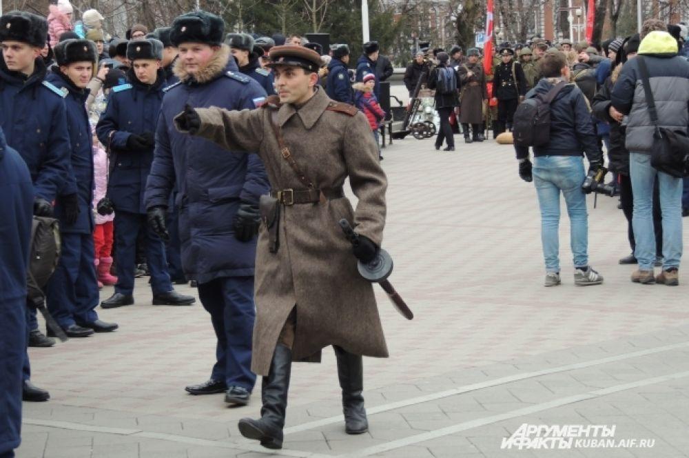 Командир Красной армии с легендарным пистолетом-пулеметом Шпагина.