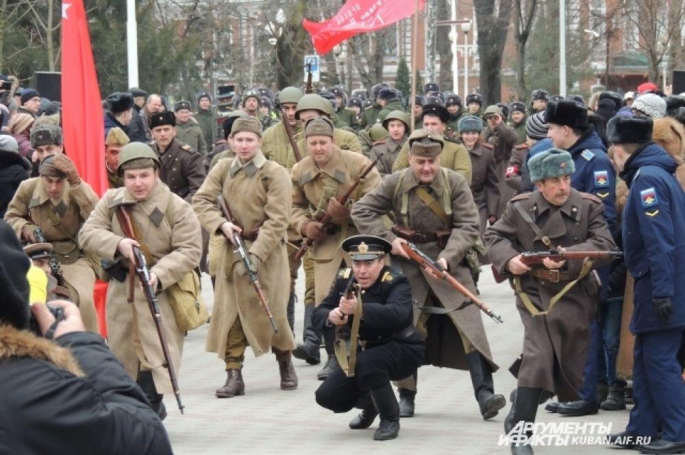 Ровно в два часа дня 12 февраля реконструкторы пошли в атаку.