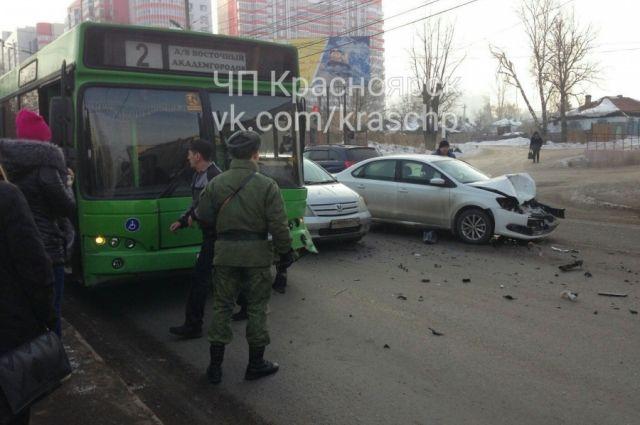 В результате столкновения иномарку развернуло, автомобиль серьёзно разбит.