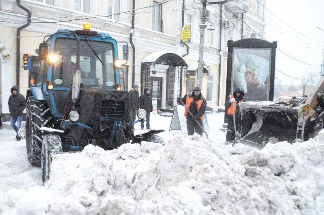 Всю ночь на улицах мегаполиса работает снегоуборочная техника