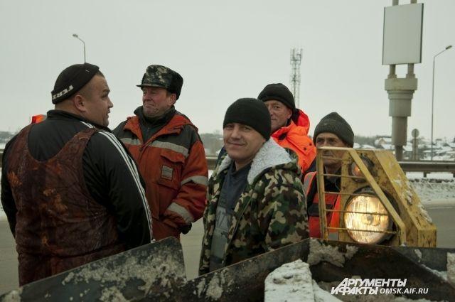 В каждом округе для выполнения работ по уборке снега созданы по четыре специальные мобильные бригады.