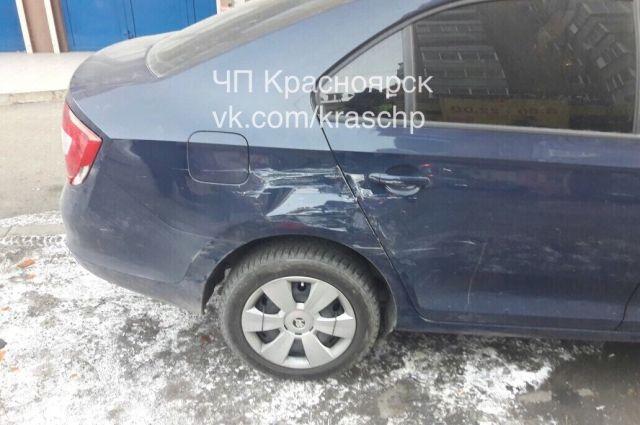 Виновник ДТП поцарапал припаркованный автомобиль Skoda Rapid.
