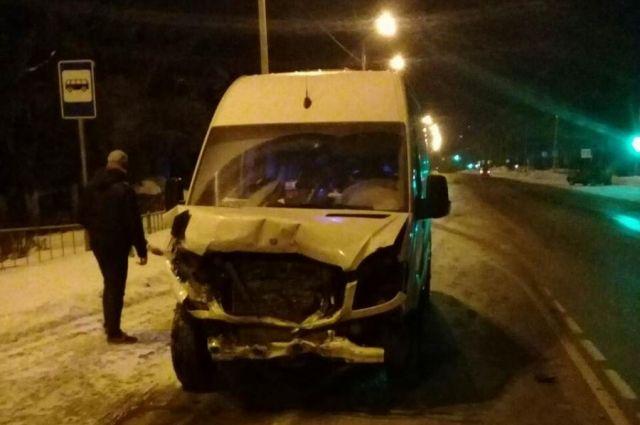 ВТульской области столкнулись Мерседес-Бенс иВАЗ. Две женщины пострадали