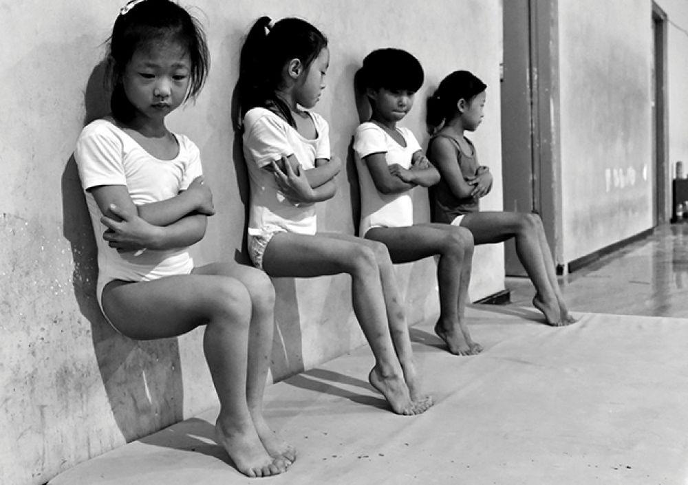Категория «Повседневная жизнь», второе место в номинации «Отдельная фотография». Ученицы из школы гимнастики в Сюйчжоу в Китае делают упражнение для пальцев ног, которое длится 30 минут.