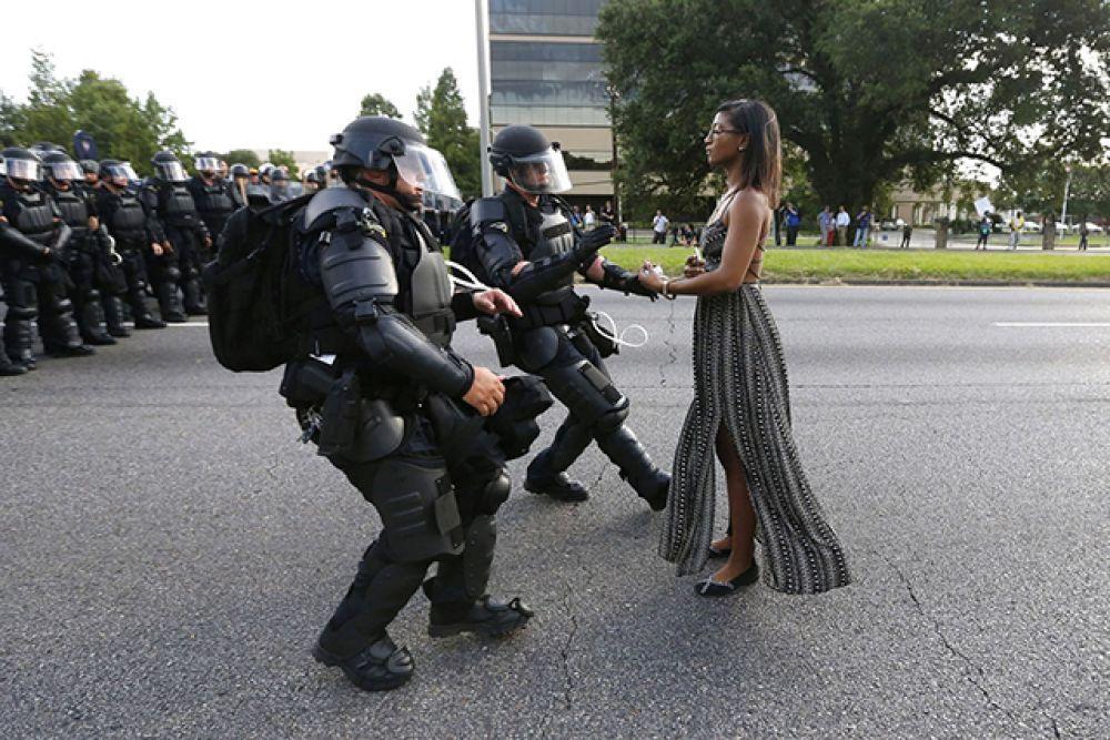 Категория «Проблемы современности», первое место в номинации «Отдельная фотография». Активистка Иешиа Эванс во время акции протеста против жестокости полиции, Луизиана, июль 2016 года.