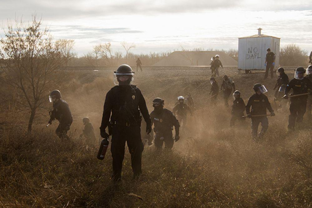Категория «Проблемы современности», первое место в номинации «Фотоистории». Полиция разгоняет активистов, протестующих против строительства нефтепровода в Дакоте, ноябрь 2016 года.