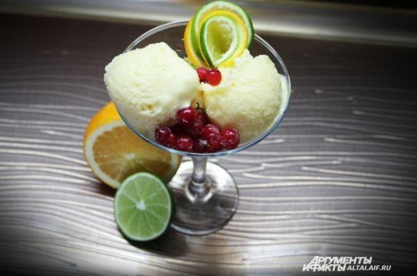 Когда смесь подмерзнет формируем из нее шарики мороженого. Приятного аппетита!