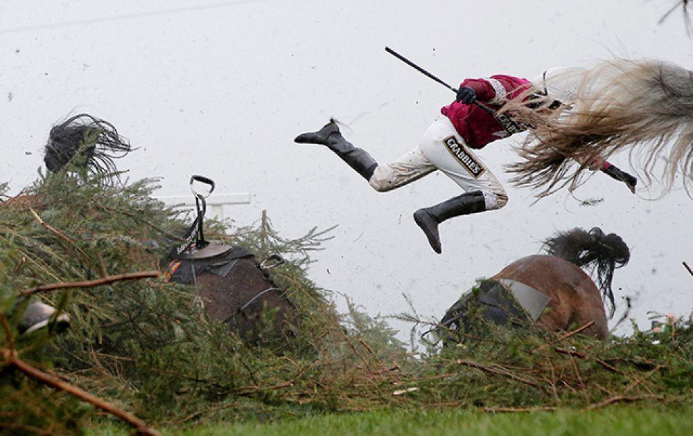 Категория «Спорт», первое место в номинации «Отдельная фотография». Жокей падает с лошади во время Большого Национального стипль-чеза в Ливерпуле, Англия.