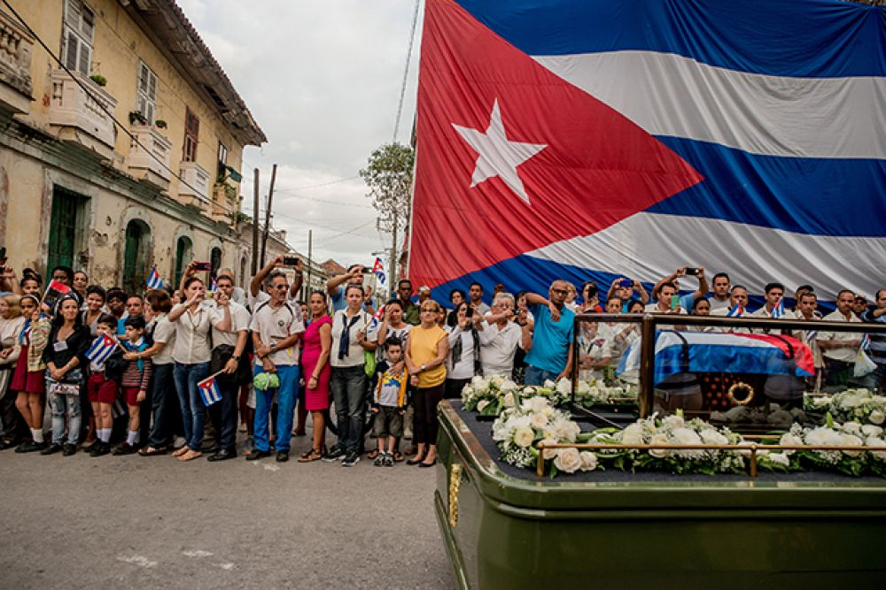 Категория «Повседневная жизнь», первое место в номинации «Фотоистории». Похоронная процессия Фиделя Кастро в Санта-Клара, Куба, декабрь 2016 года.