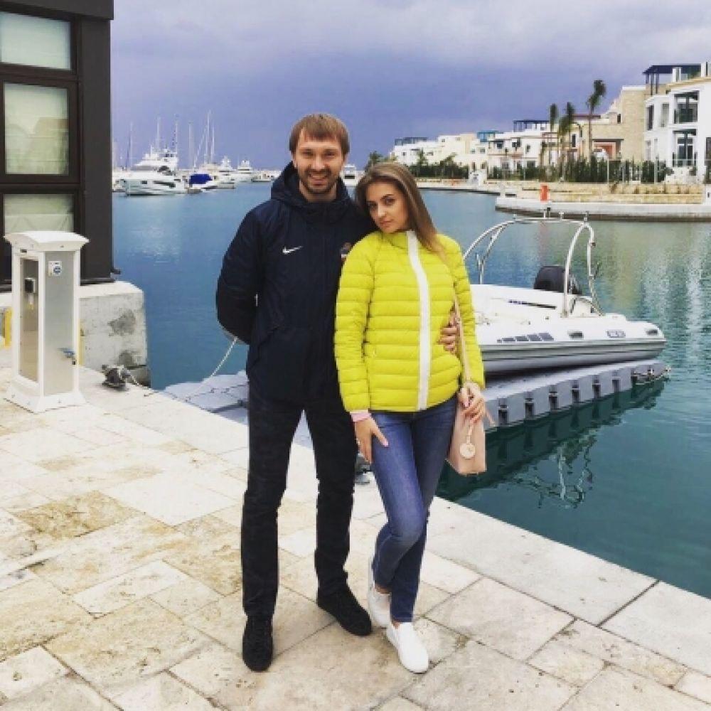 Защитник Илья Гультяев и его супруга Маргарита.