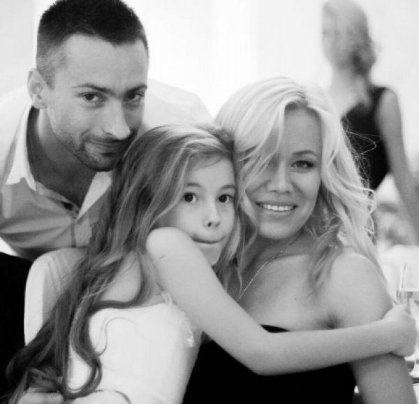Нападающий Михаил Комков, его супруга Юлия и дочь Алиса.
