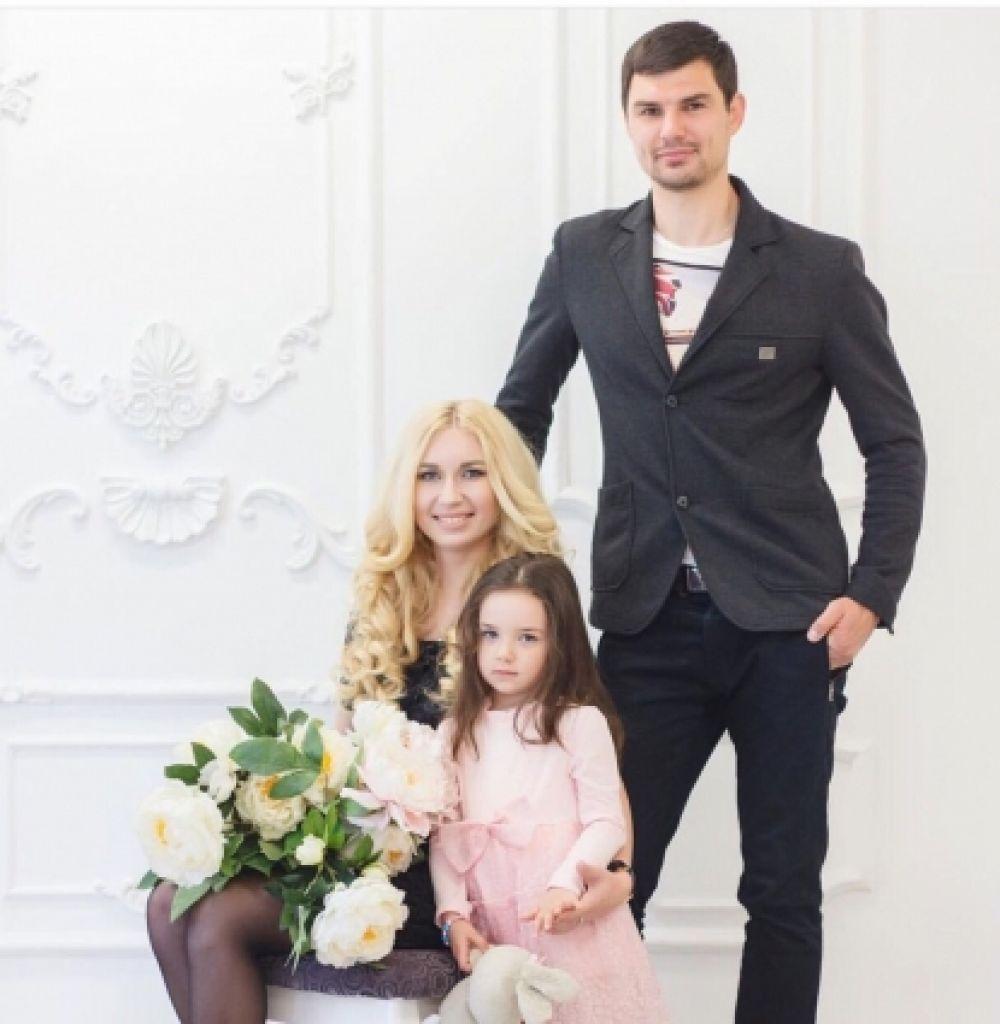 Защитник Сергей Цуканов, его супруга Наталья и дочка Мария.