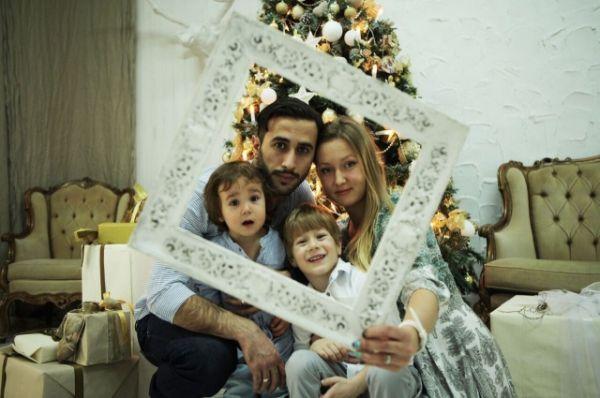 Вашему вниманию Артур Сакисов, его супруга Ольга и сыновья Роман и Артем.