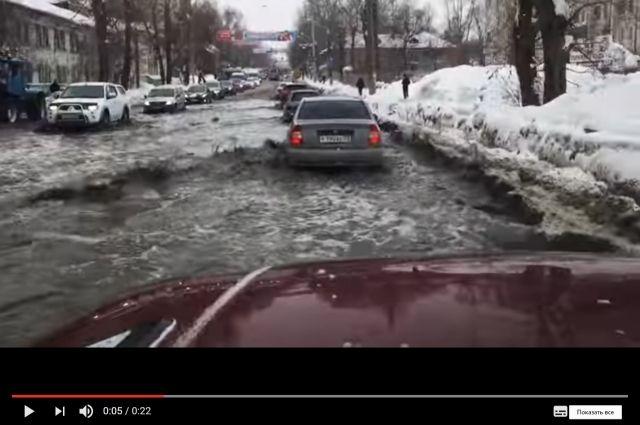 Вгороде Перми из-за коммунальной трагедии затопило улицу Карпинского