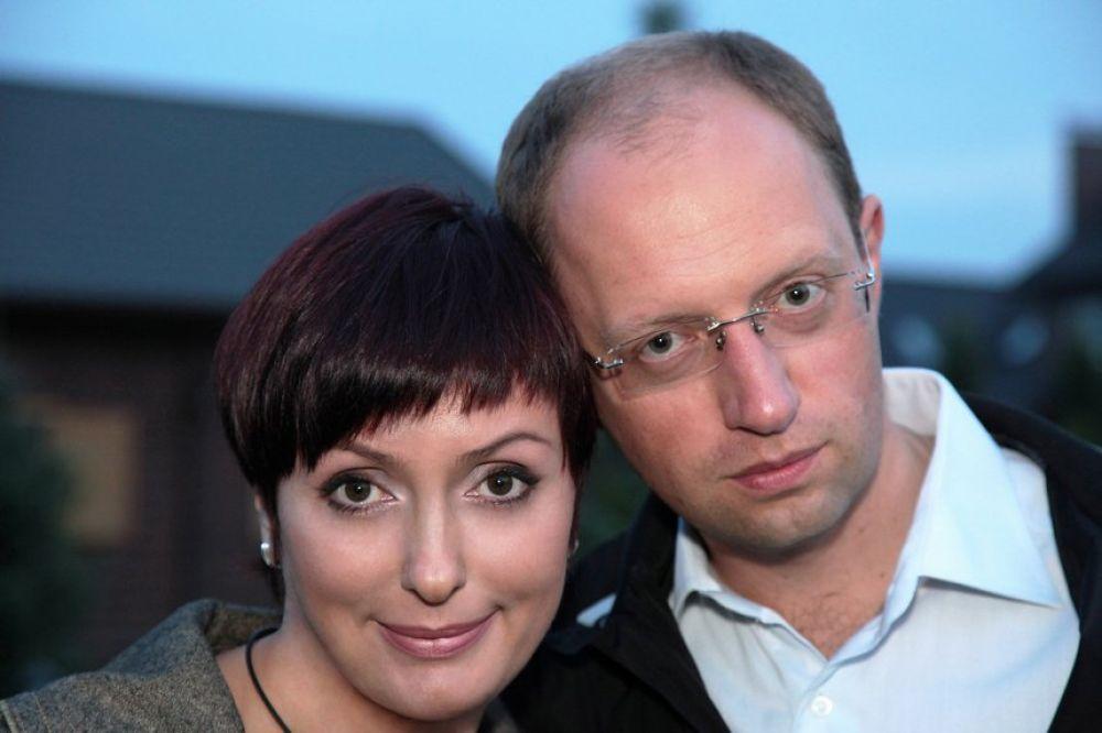 Одно из немногих искренних фото Арсения Яценюка со своей женой Терезией. Пара может похвастаться своими 17 годами совместной жизни