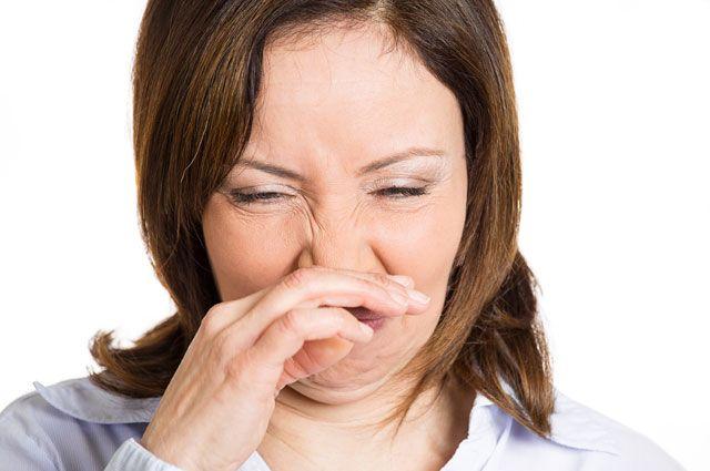 почему от человека пахнет сыростью