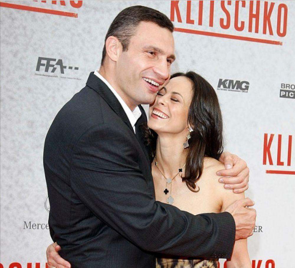 Виталий Кличко улыбается часто, но только со своей женой Наталией его улыбка приобретает немного другой характер. Пара живет вместе уже 21 год