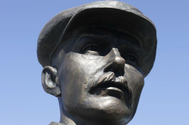 Памятник мастеру в его родном Хвалынске.