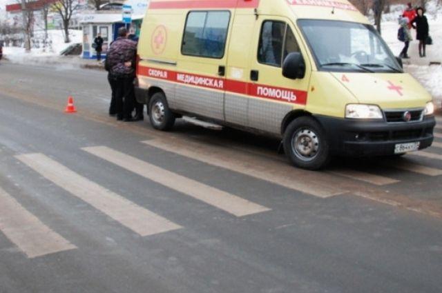 Женщину с травмами увезли на скорой.