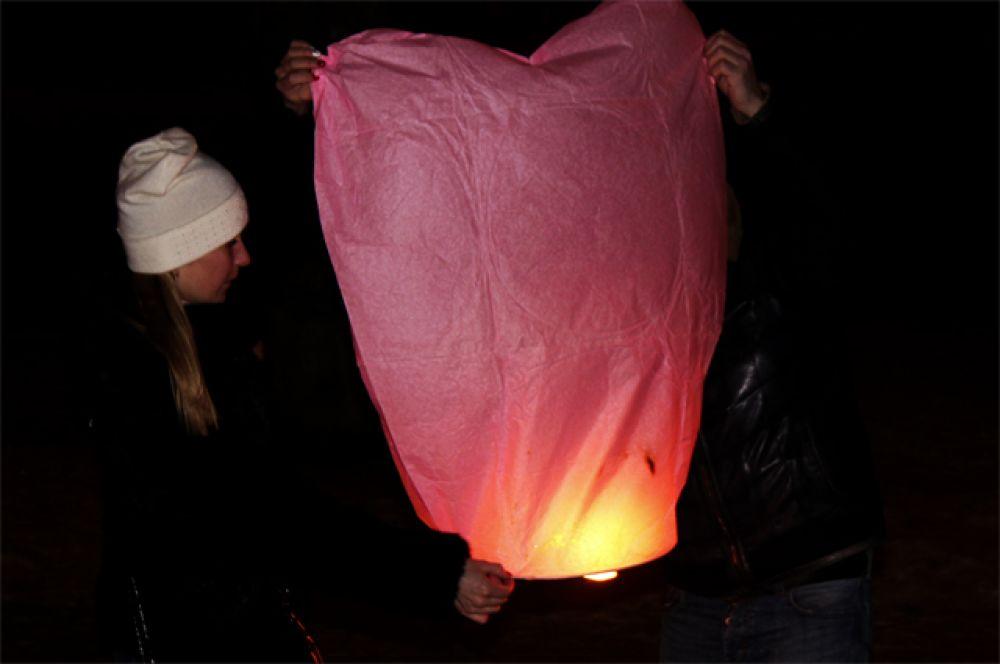Запуск небесных фонариков на День святого Валентина в Твери.