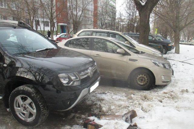 Ребенок не справился с управлением и врезался в припаркованное авто.